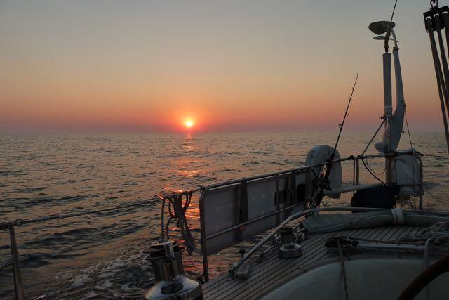 Terwijl de zon ondergaat, varen we de baai van Arrifana in, prachtig licht op de grillige rotsen om ons heen.
