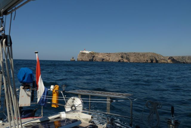 En dan bereiken we de zuidwest punt van Portugal en ronden we Cabo sao Vincente. Meteen wordt het water warmer en de golfslag anders.