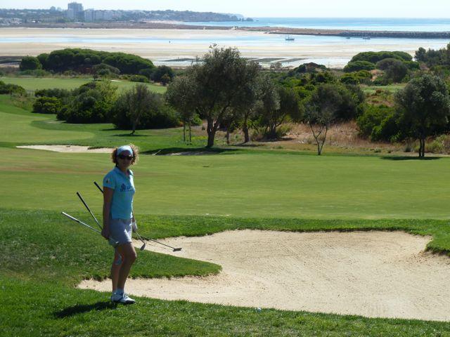 Vervolgens besluiten we de dag erna daar 18 holes te gaan spelen, het is er zo mooi en het gras ruikt zo lekker