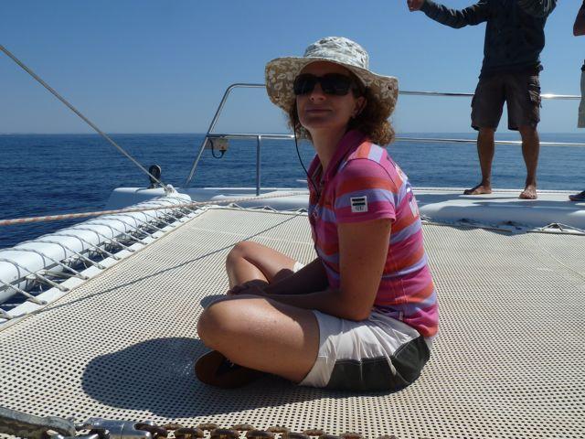 Daar zit de visser dan, trots te wezen, voorop de catamaran