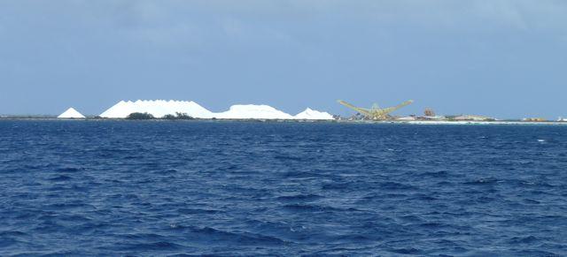 Bij het naderen van de kust zien we meteen de salinas oplichten door de grote witte hopen zout.