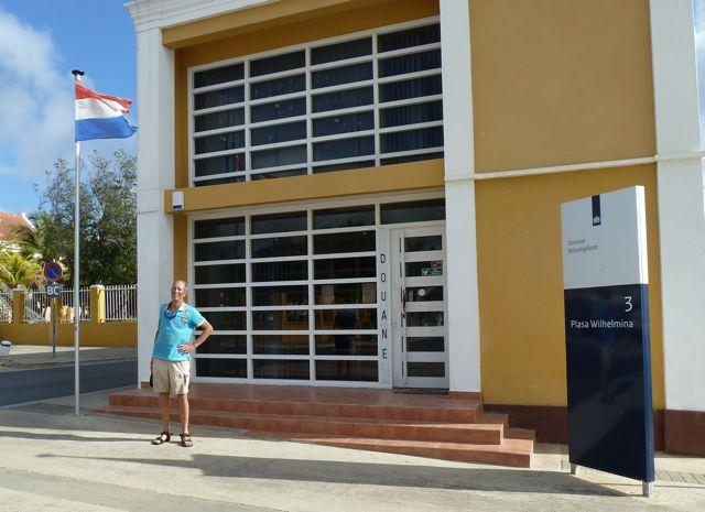 Inklaren bij douanekantoor met Nederlandse vlag