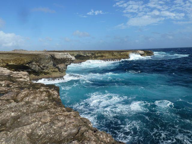 De woeste kustlijn aan noordoostelijke kant van het eiland