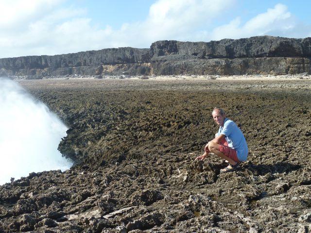 er slaat net een golf tegen de kust, een seconde later is Pieter zout en nat, hahaha
