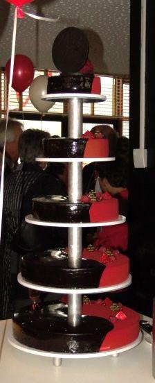 de bruiloftstaart, gemaakt door firma Jarreau, pure chocolade met frambozen, en lekker!!!
