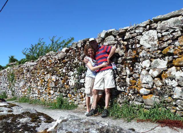en wij even samen op de foto voor een verweerde stenen muur