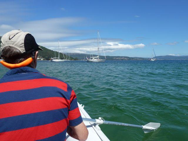 Met de bijboot op pad, in het begin altijd even wennen om je boot voor anker te laten liggen terwijl je weggaat; op hoop van zegen......
