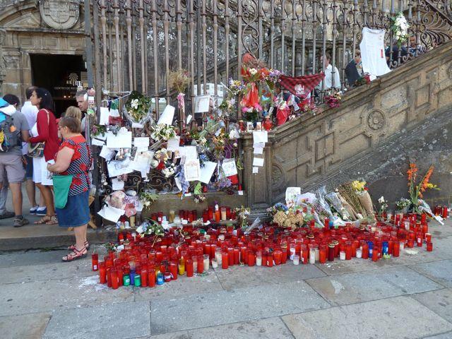 Elke dag werden talloze kaarsen gebrand en vele spullen geofferd