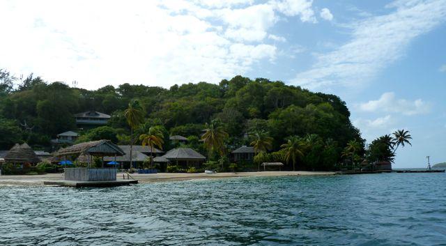 Een prachtig eiland waar we de bijboot de kant op slepen en een heerlijke lunch kunnen bestellen