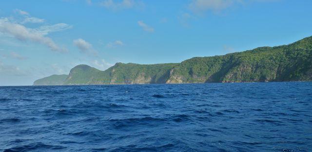 Dan op weg naar Bequia, prachtige groene kustlijn als uitzicht