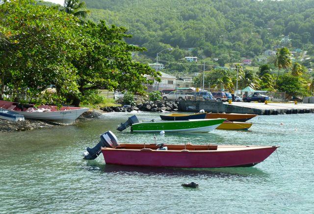 Kleurrijke bootjes bij de baai
