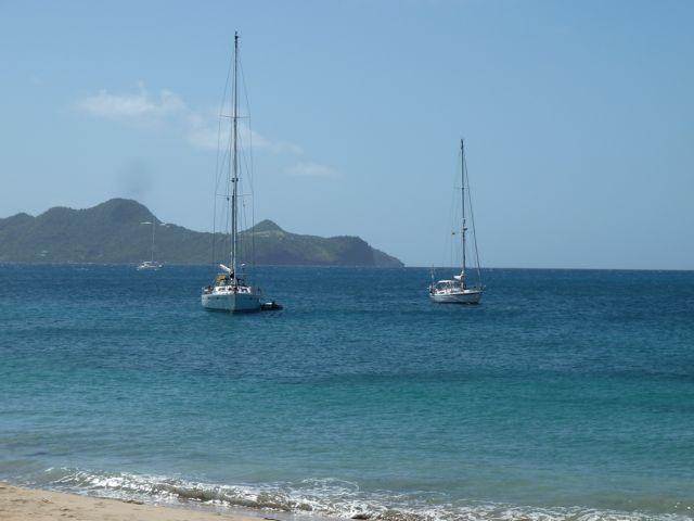 en nog maar een keer een shot van ons geankerd bootje