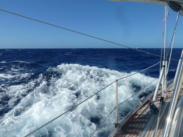Een breker raast onder ons door, in de verte een van de weinige schepen die we tegenkwamen