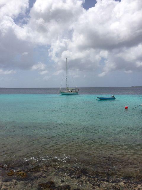 Prachtig blauw water boven ondiep water voor het rif afdaalt