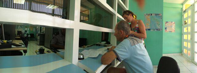 Bij de customs en immigrations voor het uitklaren op Bonaire, waar het allemaal soepel verliep. Zelfs op zondag kwam de juffrouw speciaal voor ons vanaf de airport naar het centrum gereden!!!