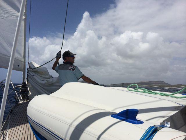 Pieter in actie bij het strijken van de werkfok vlak voor binnenvaart van het Spaanse Water, Curacao