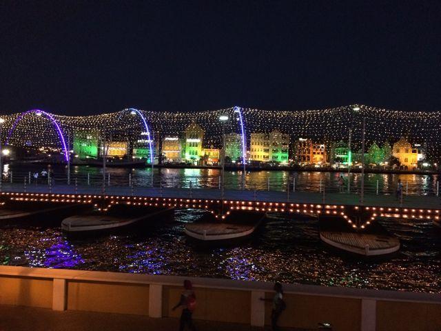 de pontjesbrug is verlicht, leuk, anders dan paar jaar geleden.