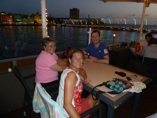 De nacht valt terwijl wij eten op vorstelijk plekje met uitzicht over de baai