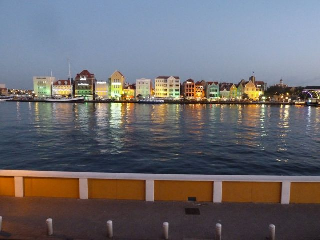 en uitzicht over de kleurrijke kade van Willemstad.