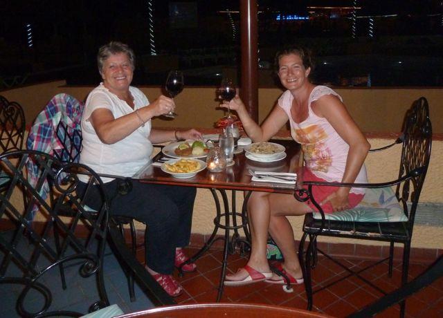 en daarna aan de Bulgaarse rode wijn met caesar-salade.