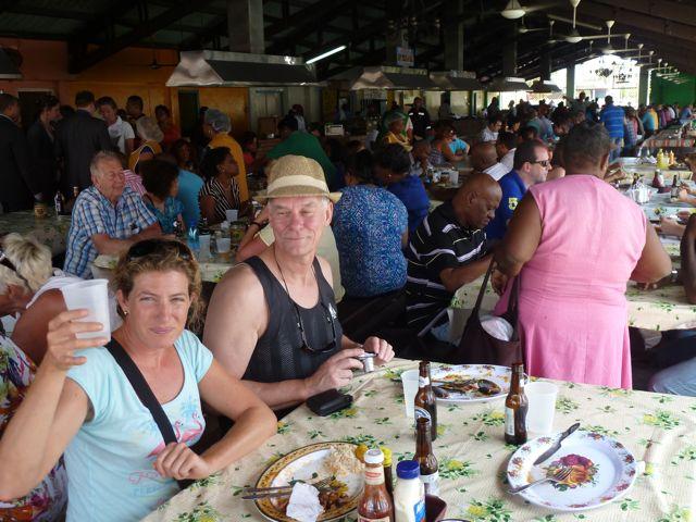Samen met Marten gaan we lunchen tussen de lokale bevolking