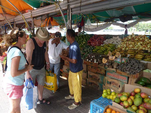 Wel 15 kgr fruit en groenten kopen we bij de Venezolanen op de drijvende markt