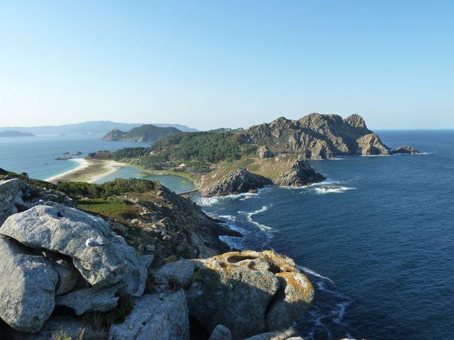 prachtig uitzicht over Isla Cies, met rechts de open Atlantische oceaan