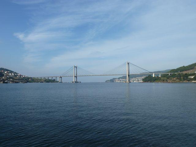 Indrukwekkende brug hoog boven het water van de baai van Vigo