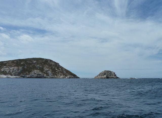 Na een paar uur zeilen zijn we er, Isla Ons, een natuurreservaat waar je alleen mag ankeren met een permissie