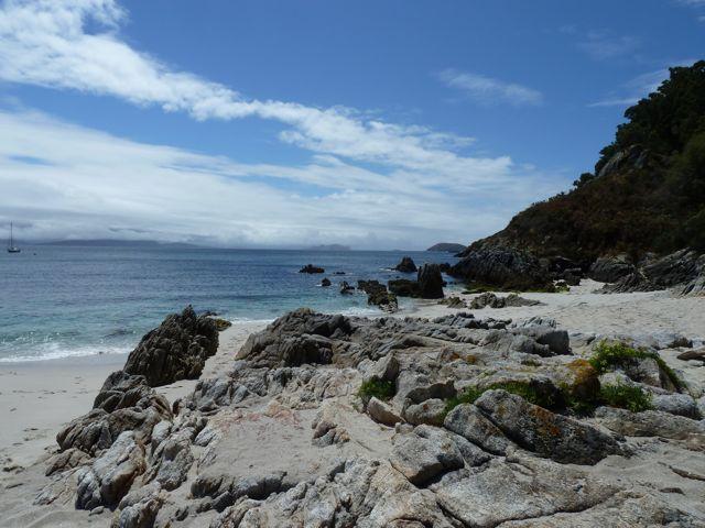 wat een prachtige rotspartijen, die al op het strand beginnen.