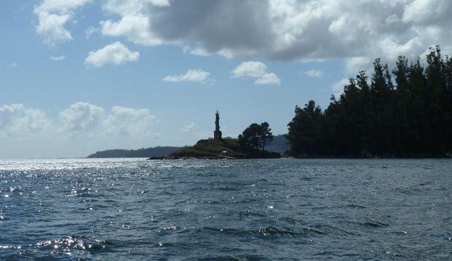 Vlakbij onze bestemming, Combarro ronden we nog een eiland met baken