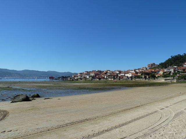 Daar ligt het stadje aan het bij eb drooggevallen strand