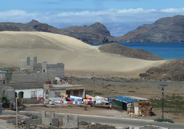 Bijzonder, deels rotsen, deels woestijn en onderaan een dorp in opbouw met huiselijk de was aan de lijn