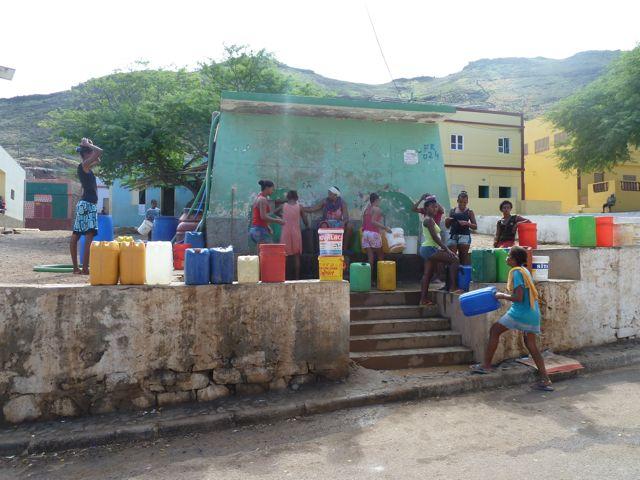 De waterplaats, een kleurrijk geheel. En daarna het vat van 40 liter op het hoofd....
