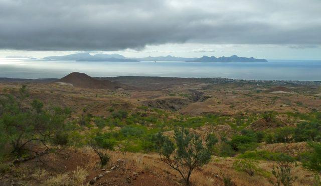 Vanaf dit groene eiland mooi uitzicht op het rotsige Sao Vicente