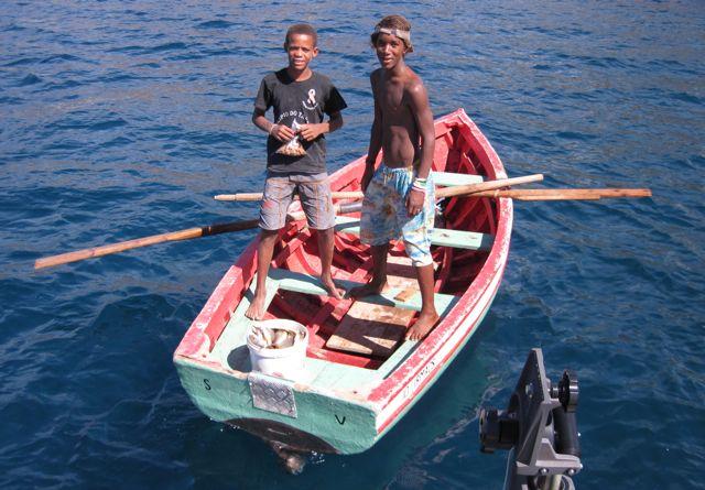 Verse vis voor onze neus gevangen en vervolgens aan de boot verkocht, superlekker weer!