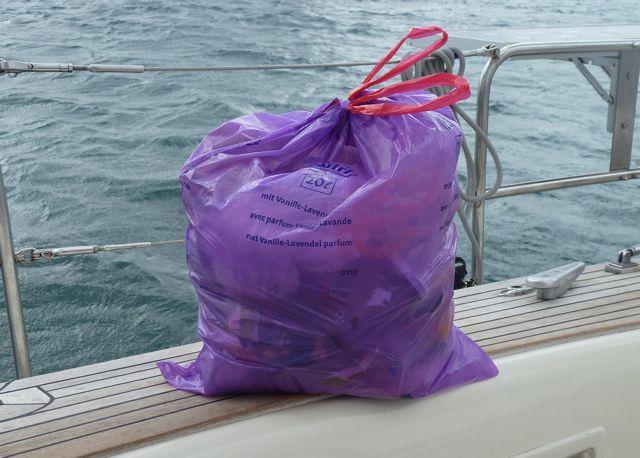 al het afval na 1 week op zee. Al het organisch materiaal gaat meteen overboord.
