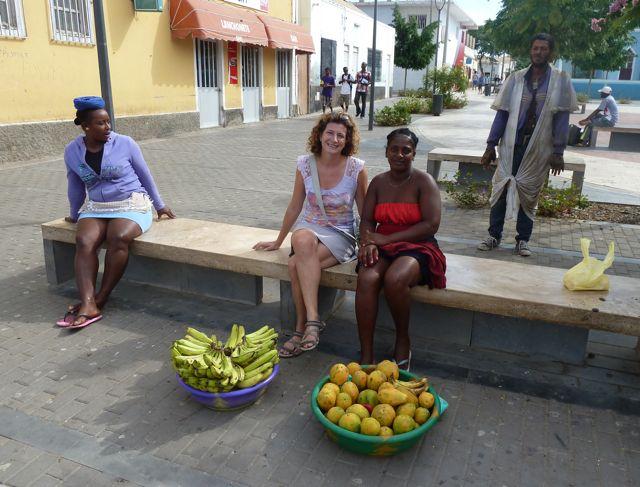 we kochten papaya's, bananen en een foto, altijd een leuke herinnering