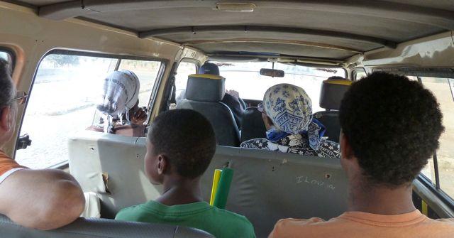 achterin de minibus gezeten tussen de lokale bevolking
