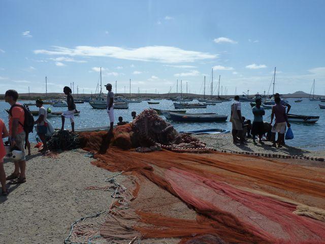 met op de achtergrond de boten voor anker in de baai