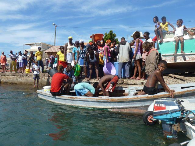 iedereen verzamelt zich rondom de visserssloep
