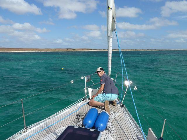 voor anker in de snorkelbaai, prachtig blauw water.