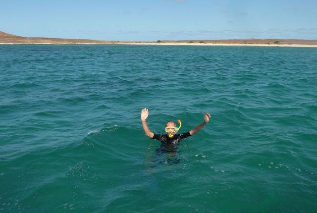 Pieter, m'n held, gaat met wetsuit aan toch snorkelen bij veel wind.