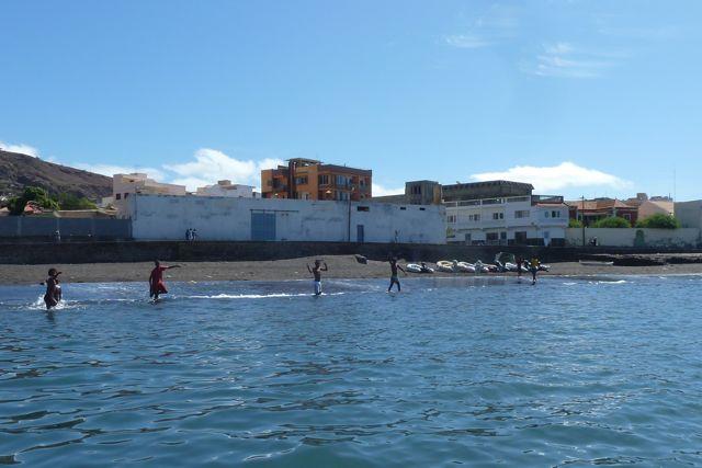 Bij poging tot landen met de dinghy komen er wel 12 jochies aangerend, roepend om het hardst wie onze dinghy mag bewaken