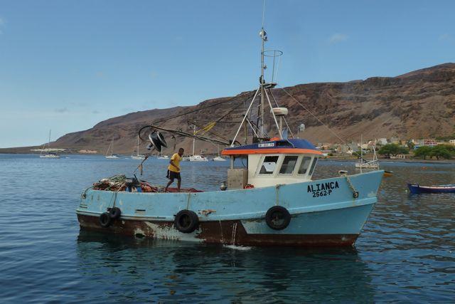 Een vissersboot komt binnengevaren