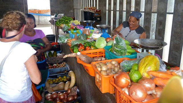 Klein lokaal marktje met aardige vrouwen, een fantastische papaya gekocht, goed voor 8 smoothies aan boord