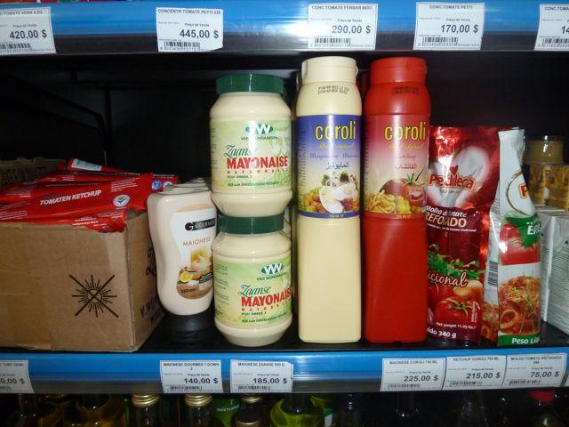En dan in Mindelo, waar weer vanalles te koop is, maar wie had nou gedacht dat onze echte enige Zaanse Mayo in de schappen zou staan?