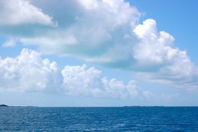 Als je goed kijkt, zie je onderaan de balk wolken op de voorgrond een groene kleur, in het echt is het duidelijker, dat is de reflectie van het ondiepe water boven het rif
