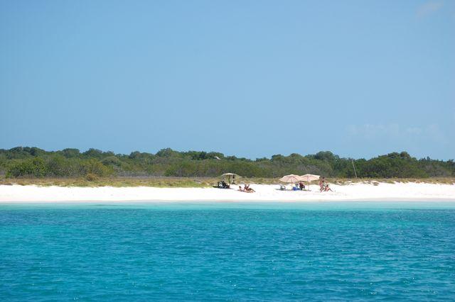 Elke dag komen toeristen in bootjes naar de verlaten stranden van de talloze eilandjes