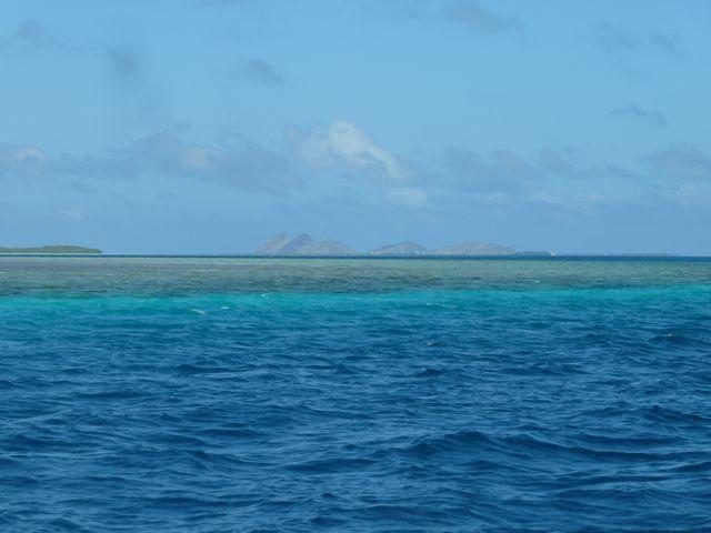 In de verte het bewoonde eiland El Gran Roque